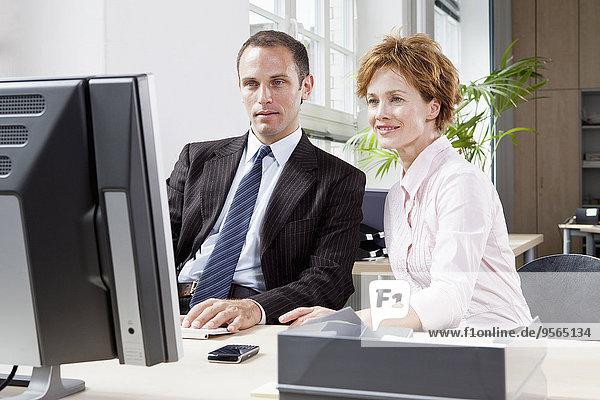Zusammenhalt,Geschäftsfrau,Computer,Geschäftsmann,arbeiten