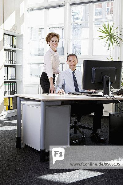 sitzend,Geschäftsfrau,Computer,Geschäftsmann,Hilfe