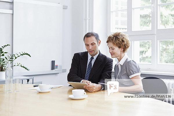 benutzen,Geschäftsfrau,Geschäftsmann,Besuch,Treffen,trifft,Tablet PC