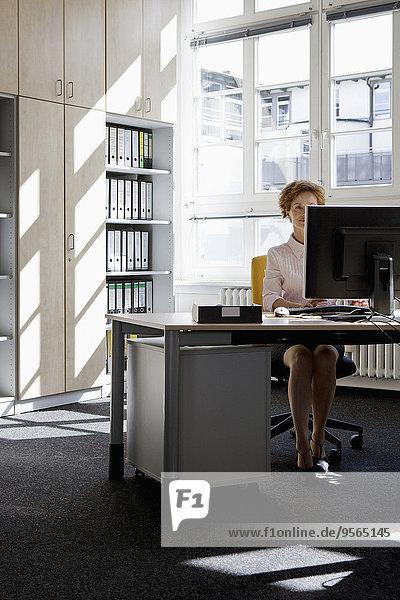 Computer,Geschäftsfrau,arbeiten,Büro,Schreibtisch