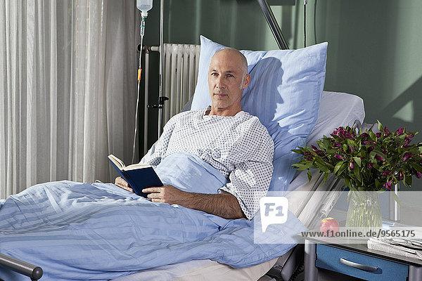 sitzend,Portrait,Mann,Buch,Krankenhaus,Bett,Taschenbuch