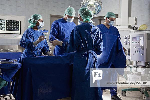 Patientin,Teamwork,Zimmer,Chirurgie,handhaben