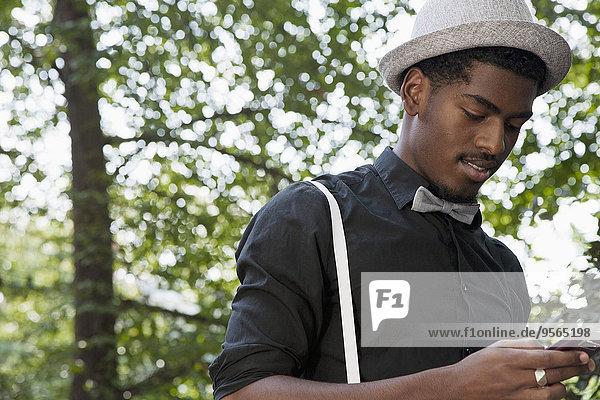 Handy,benutzen,Mann,schwarz,Kleidung,Krawatte,Kurznachricht,Unterricht,Hosenträger