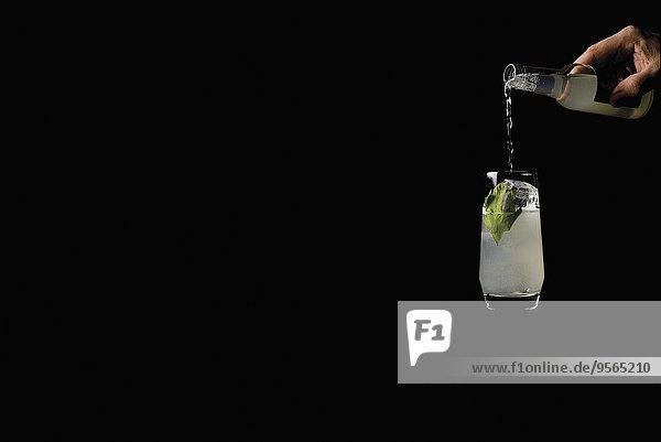 Glas,eingießen,einschenken,über,schwarz,Hintergrund,Cocktail