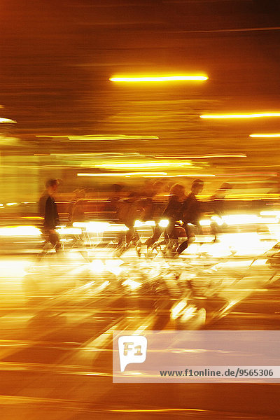 beleuchtet,Bewegung,Mensch,Menschen,gehen,Tunnel,Bewegungsunschärfe
