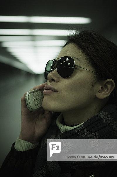 Handy,benutzen,Frau,Tunnel,Close-up,Mittelpunkt,Kurznachricht,Erwachsener
