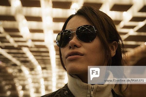 Frau,Tunnel,Close-up,Mittelpunkt,Kleidung,Sonnenbrille,Erwachsener