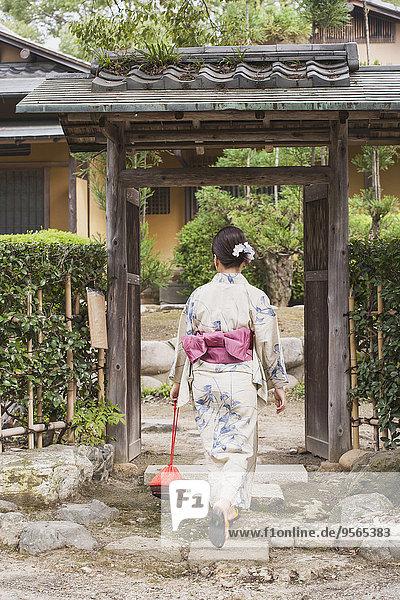 reinkommen,Frau,Tradition,Eingang,Rückansicht,Ansicht,Länge,Kleidung,voll