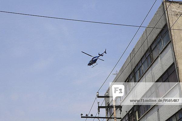 niedrig,fliegen,fliegt,fliegend,Flug,Flüge,über,Gebäude,Ansicht,Flachwinkelansicht,Hubschrauber,Winkel