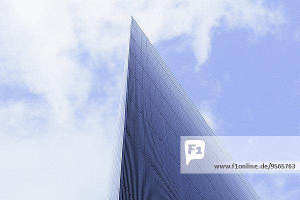 Untersicht der modernen Glas Gebäude gegen bewölkten Himmel