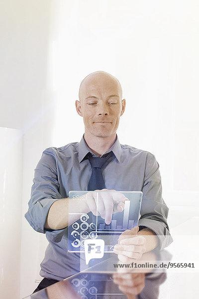 benutzen,Schreibtisch,Geschäftsmann,Zukunft,Büro,Tablet PC