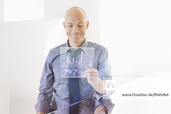 Schreibtisch,sehen,Geschäftsmann,Zukunft,lächeln,Büro,Tablet PC