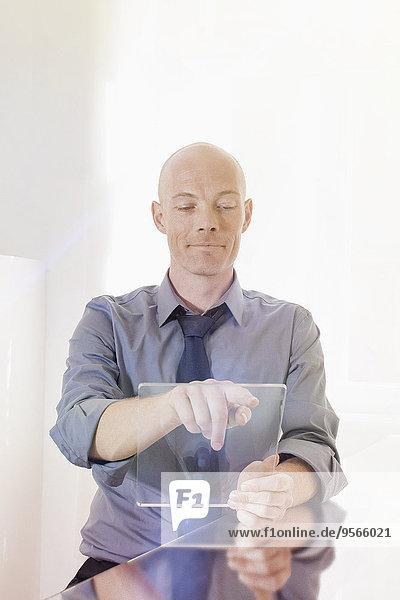 Schreibtisch,Geschäftsmann,berühren,Zukunft,Büro,Tablet PC,unbeschrieben