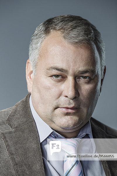 Portrait,grau,Geschäftsmann,ernst,Hintergrund