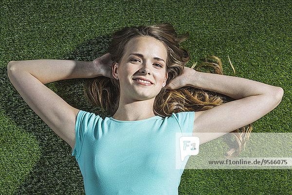 hoch,oben,liegend,liegen,liegt,liegendes,liegender,liegende,daliegen,Portrait,Frau,lächeln,Gras,Winkel