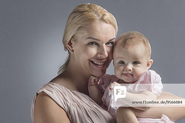 niedlich,süß,lieb,Portrait,Fröhlichkeit,grau,tragen,Hintergrund,Mädchen,Mutter - Mensch,Baby