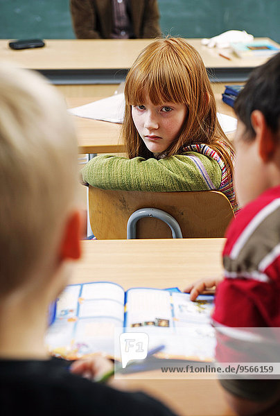 blicken,Junge - Person,drehen,Klassenzimmer,2,Mädchen