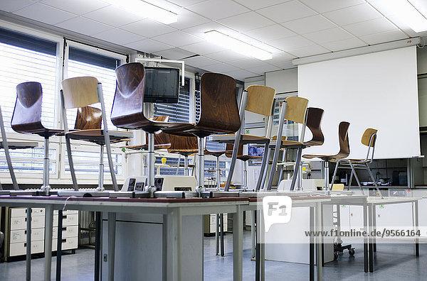 Mittelgroße Menschengruppe,Mittelgroße Menschengruppen,Stuhl,Zimmer