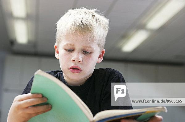 Buch,Junge - Person,klein,frontal,Ansicht,Taschenbuch,vorlesen