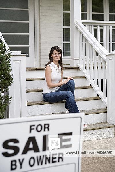 Stufe,hinter,sitzend,junge Frau,junge Frauen,Wohnhaus,Zeichen,verkaufen,Signal
