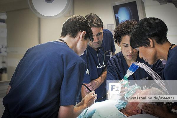 Patientin,Krankenzimmer,Arzt,Krankenhaus,Senior,Senioren,Kleidung,Maske