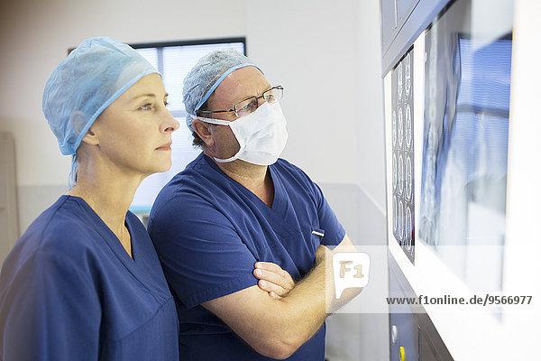 Diskussion,Arzt,Chirurgie,2,Röntgen,Magnetresonanztomographie