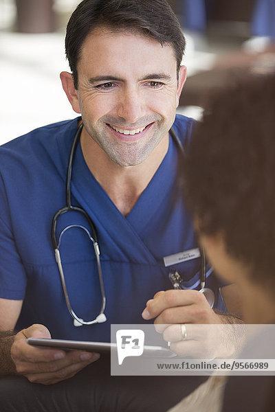 Portrait,Computer,lächeln,Arzt,halten,Mittelpunkt,Tablet PC,Erwachsener