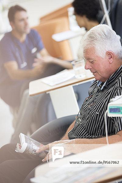 Senior,Senioren,Mann,empfangen,Krankenhaus,Infusion