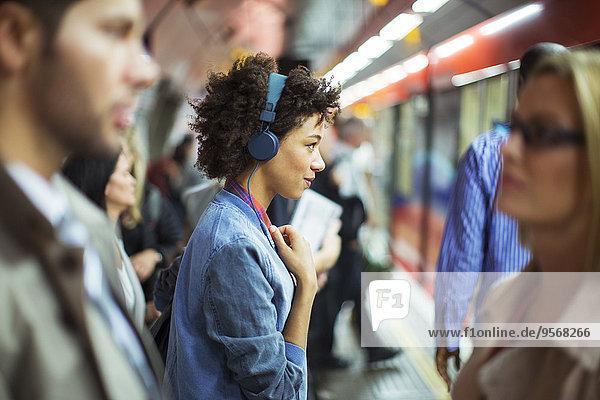 Frau,zuhören,Kopfhörer,Haltestelle,Haltepunkt,Station,Zug