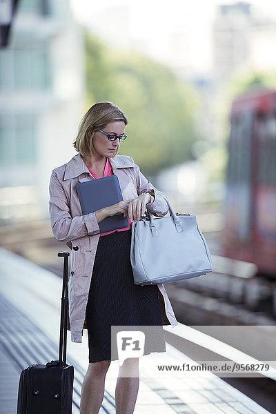 Geschäftsfrau,Prüfung,Haltestelle,Haltepunkt,Station,Zug,Schiffswache