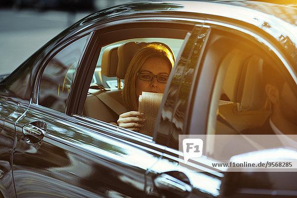 Geschäftsfrau,Sitzmöbel,Auto,Zeitung,vorlesen,Sitzplatz