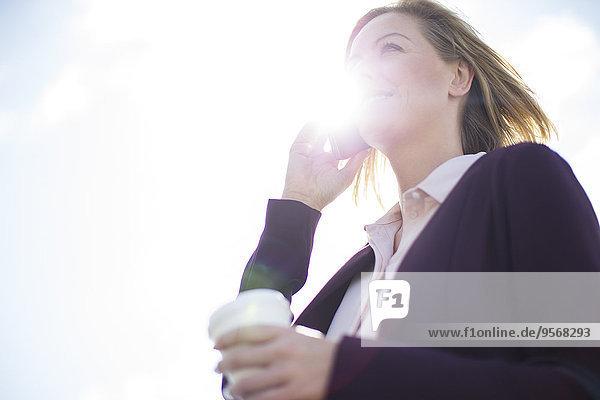 Handy,niedrig,Geschäftsfrau,sprechen,Ansicht,Flachwinkelansicht,Winkel