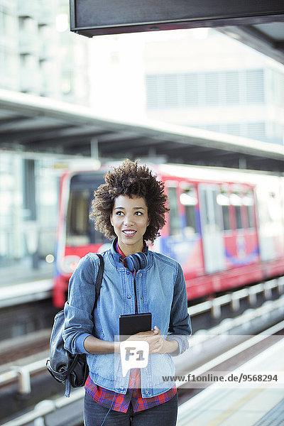Frau,halten,Tablet PC,Haltestelle,Haltepunkt,Station,Zug