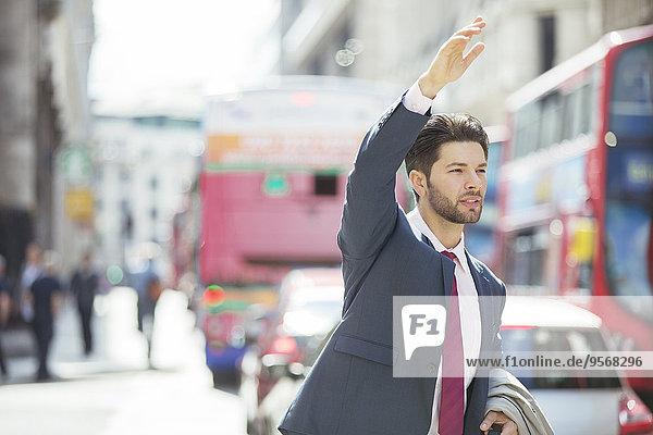 Geschäftsmann,Großstadt,Taxi,herbeiwinken