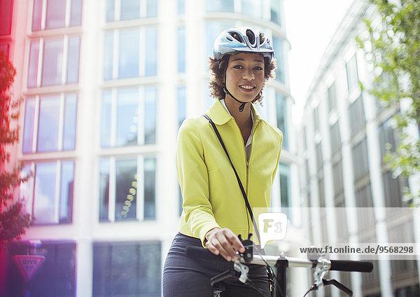 Geschäftsfrau,schieben,Großstadt,Fahrrad,Rad