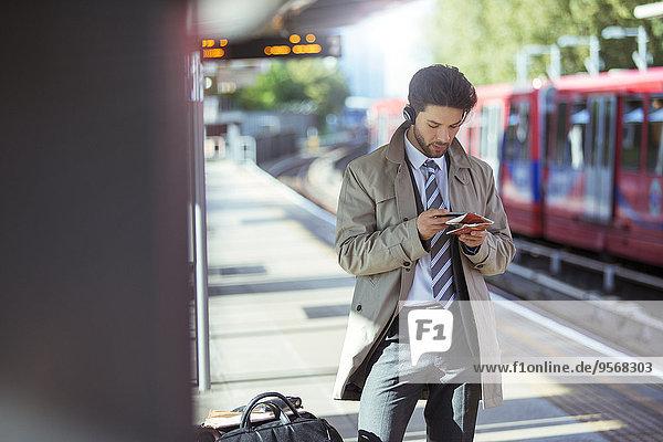Handy,benutzen,Geschäftsmann,Haltestelle,Haltepunkt,Station,Zug