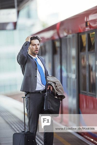 Geschäftsmann,Enttäuschung,fehlend,Haltestelle,Haltepunkt,Station,Zug