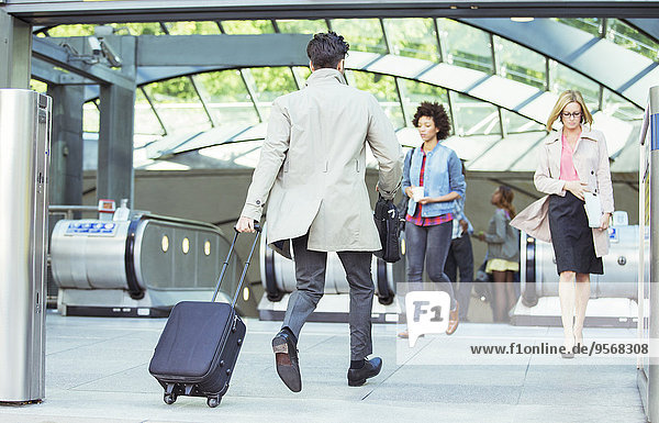 nahe,Geschäftsmann,ziehen,Gepäck,Rolltreppe