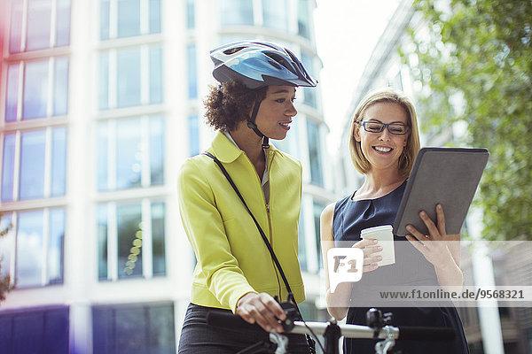 Außenaufnahme,benutzen,Geschäftsfrau,Tablet PC,freie Natur