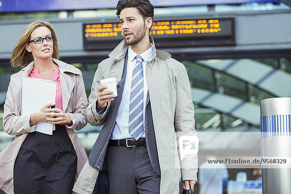 sprechen,Mensch,Menschen,gehen,Business,Haltestelle,Haltepunkt,Station,Zug
