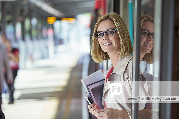 Geschäftsfrau,lächeln,Eingang,Zug