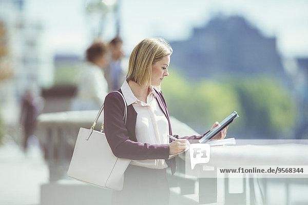 Städtisches Motiv,Städtische Motive,Straßenszene,benutzen,Geschäftsfrau,Ufer,Tablet PC