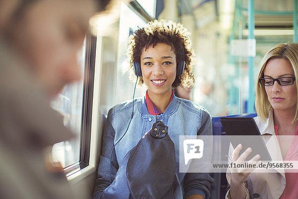 Frau,zuhören,Kopfhörer,Zug