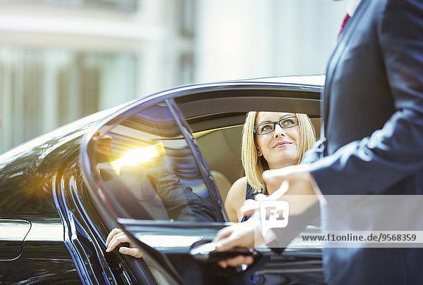 aufmachen,Geschäftsfrau,Auto,Tür,Chauffeur,Fahrer