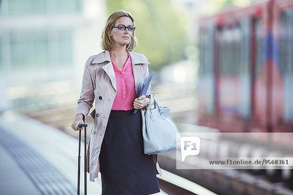 Geschäftsfrau,warten,Haltestelle,Haltepunkt,Station,Zug