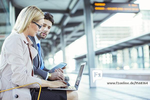 benutzen,Mensch,Notebook,Menschen,Business,Haltestelle,Haltepunkt,Station,Zug