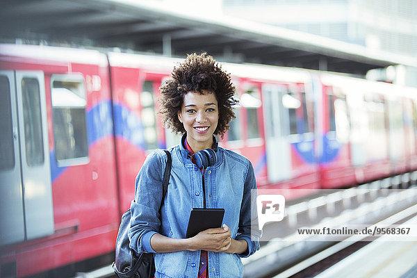 stehend,Frau,lächeln,Haltestelle,Haltepunkt,Station,Zug