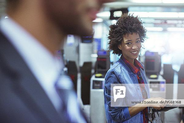 Frau,lächeln,Haltestelle,Haltepunkt,Station,Zug