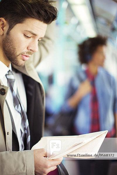 Geschäftsmann,Zeitung,vorlesen,Zug