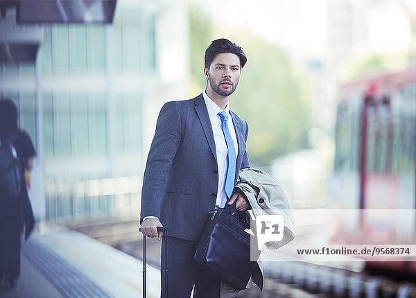 Geschäftsmann,warten,Haltestelle,Haltepunkt,Station,Zug